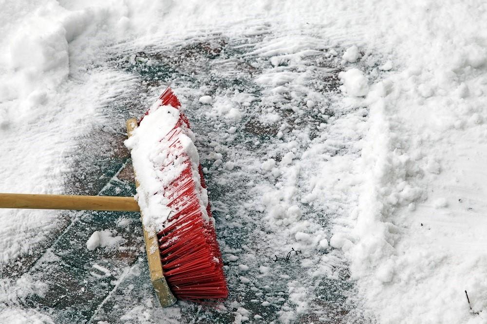 Schnee räumen mit dem Besen